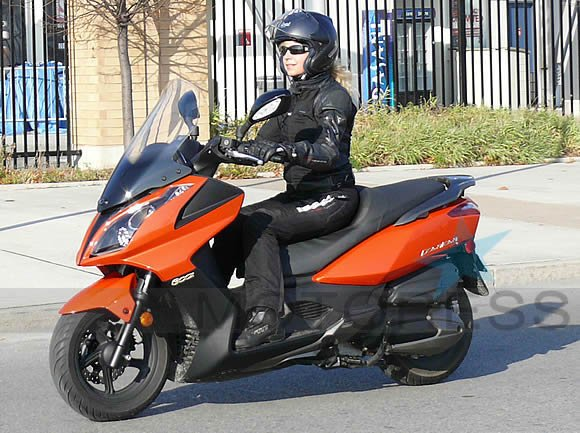 kymco 300i downtown maxi scooter review woman motorcycle enthusiast magazine motoress. Black Bedroom Furniture Sets. Home Design Ideas